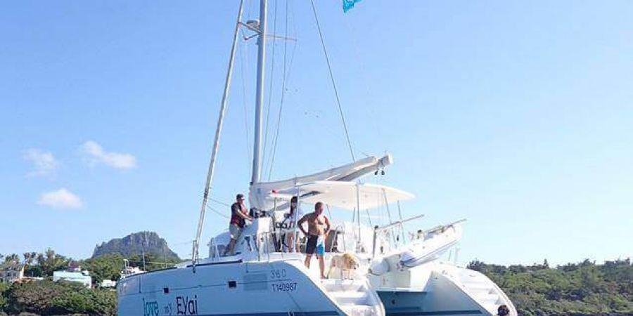 純白色雙體帆船